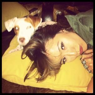 Sabrina Sato e cachorrinha (Foto: Reprodução / Twitter)