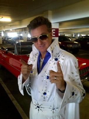 Luciano Huck se veste de Elvis (Foto: Reprodução/Twitter)
