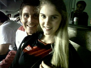 Bárbara Evans e Thiago Gagliasso no jogo do Flamengo (Foto: Reprodução/Twitter)