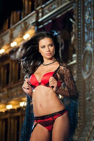 Adriana Lima posa para a Victoria's Secrets (Foto: Reprodução/Reprodução)