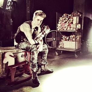 Justin Bieber com luva de ferro (Foto: Reprodução / Twitter)