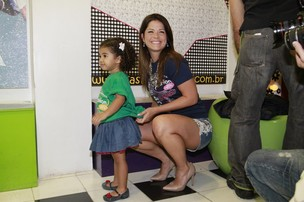 Samara Felippo e a filha no evento da AMICCA (Foto: Isac Luz, do EGO)