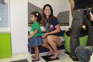 Samara Felippo e a filha no evento da AMICCA (Foto: Isac Luz, do EGO)