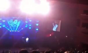 Luciano sozinho no palco, conversando com a plateia (Foto: Reprodução/Reprodução)