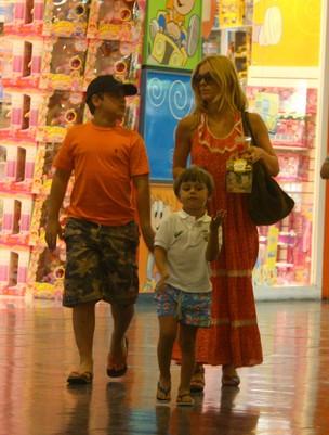 Carolina Dieckmann com os filhos (Foto: Daniel Delmiro / Ag. News)