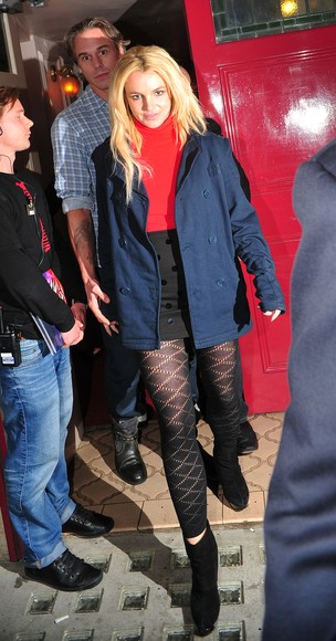 Britney Spears com o namorado em Londres (Foto: Agência/Grosby)