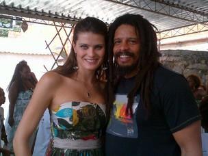 Isabeli Fontana e Rohan Marley na Serrinha, no Rio (Foto: Reprodução/ Twitter)