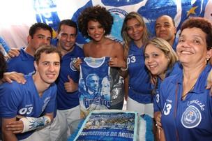 Sheron Menezzes com torcida organizada da Portela (Foto: Thiago Mattos/Ag. News)