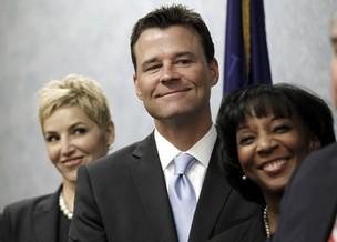 Promotor David Walgren e a advogada Deborah Brazil sorriem depois de vitória (Foto: Agência/Reuters)