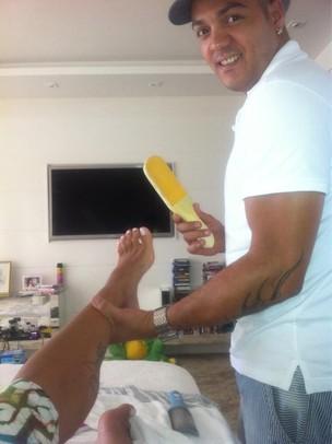 Belo cuida dos pés de Gracyanne (Foto: Twitter / Reprodução)