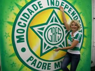 Antonia Fontenelle e a bandeira da escola que irá representar, a Mocidade (Foto: Divulgação)