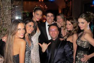 Matheus Mazzafera e Reynaldo Gianecchini cercados de modelos (Foto: Reprodução / Twitter)