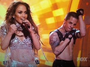 """Jennifer Lopez e Casper Smart durante apresentação no """"American Idol"""" (Foto: Reprodução/YouTube)"""