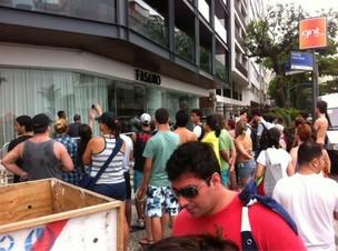 Fãs na porta do hotel Fasano à espera de Britney Spears (Foto: Reprodução / Twitter)
