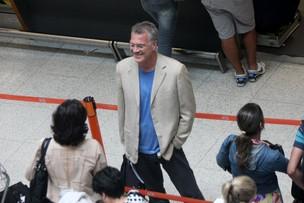 Pedro Bial no aeroporto (Foto: Henrique Oliveira/PhotoRioNews)