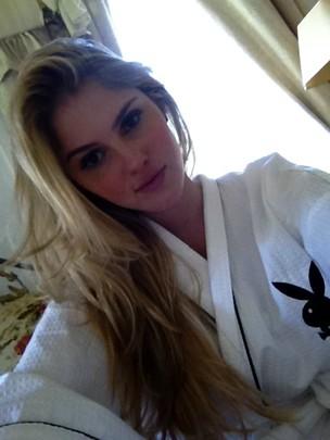 Bárbara Evans com roupão da Playboy (Foto: Reprodução/ Twitter)