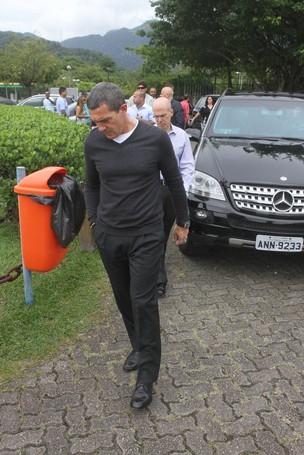 Antonio Banderas chega ao helioponto do Rio (Foto: Gabriel Reis e Rodrigo dos Anjos/Agnews)