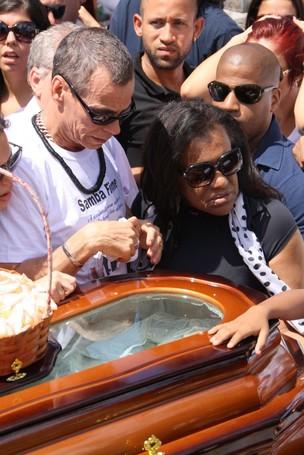 Carlinhos de Jesus no enterro do filho Dudu (Foto: Photo Rio News)