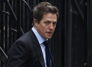Hugh Grant deixa tribunal em Londres (Foto: Reuters)