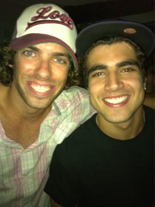 Ex-BBB Maumau e Caio Castro em festa no Rio (Foto: Twitter/ Reprodução)