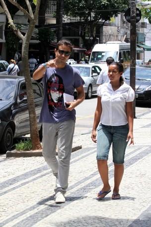 Ricardo Pereira anda pelo Leblon após deixar maternidade com o filho (Foto: Wallace Barbosa/Ag News)