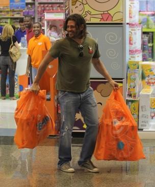 Dado Dolabella vai as compras em shopping da Barra da Tijuca RJ (Foto: Marcus Pavão/ Ag.News)