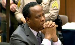 Conrad Murray escuta a sentença de quatro de prisão (Foto: Reuters)