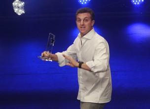 Luciano Huck ganha 'Melhor Programa' no Prêmio Extra (Foto: Isac Luz / EGO)