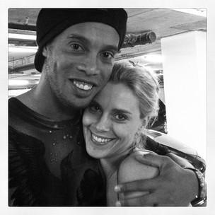 Ronaldinho e Carolina Dieckmann (Foto: Twitter/Reprodução)