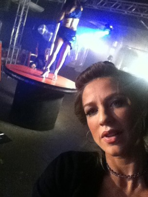 Luana Piovani posta foto em boate de strip tease (Foto: Twitter / Reprodução)