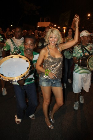 Antonia Fontenelle participa do ensaio de rua da Mocidade no Rio (Foto: Irapuâ Jéferson/ Divulgação)