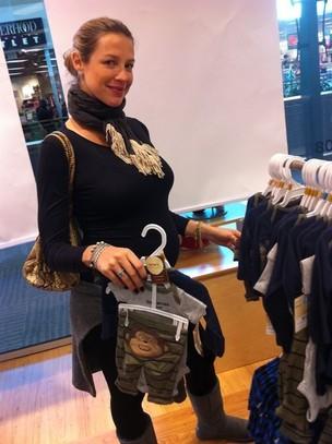 Luana Piovani compra roupas para o filho Dom em Nova York, nos Estados Unidos (Foto: Twitter/ Reprodução)