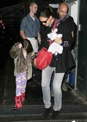 Suri se esconde durante passeio com a mãe, Katie Holmes, em NY (Foto: X17/Agência)