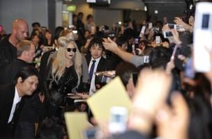 Lady Gaga é recebida por fãs no Japão (Foto: Agência/AFP)