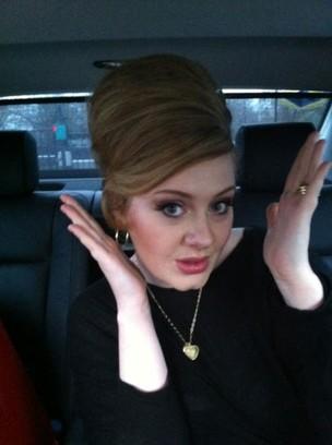 Adele de volta à labuta após cirurgia nas gargantas (Foto: Twitter)
