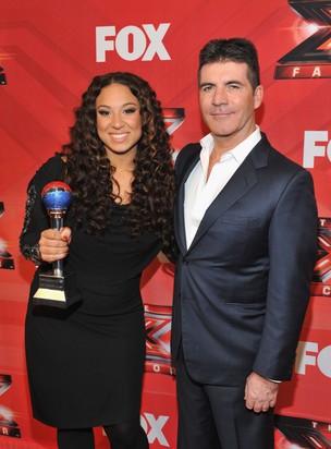 A campeã da primeira edição norte-americana do 'The X Factor', Melanie Amaro, com Simon Cowell, seu orientador e jurado do programa (Foto: Getty Images/ Agência)