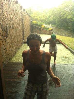 Claudia Leitte toma banho de chuva (Foto: Reprodução/Twitter)