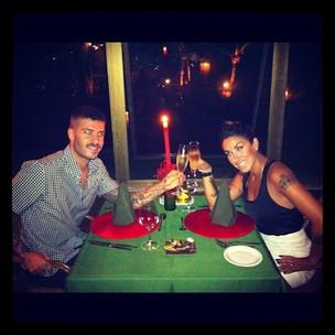 Dani Bolina brinda o Natal com o marido (Foto: Reprodução /Twitter)