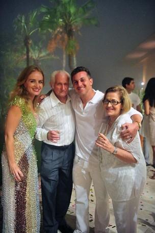 Angélica com os pais e Luciano Huck no Réveillon (Foto: Reprodução/Twitter)