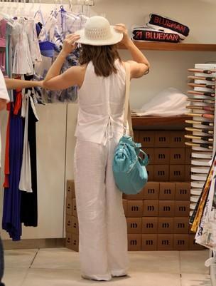 Letícia Spiller faz compras no Rio (Foto: Marcus Pavão/Agnews)