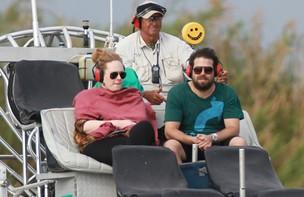 Adele com o namorado, Simon Konecki, em Everglades National Park, na Flórida (Foto: Grosby Group)