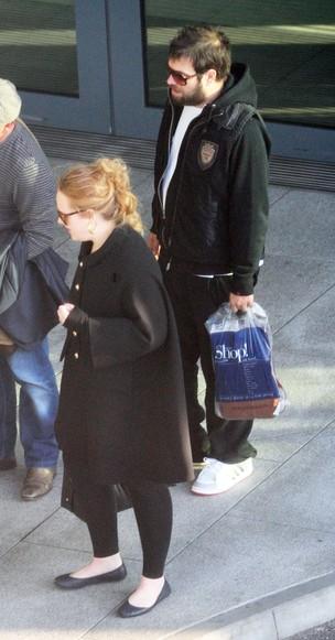 Adele com o namorado, Simon Konecki, em Londres  (Foto: Grosby Group)