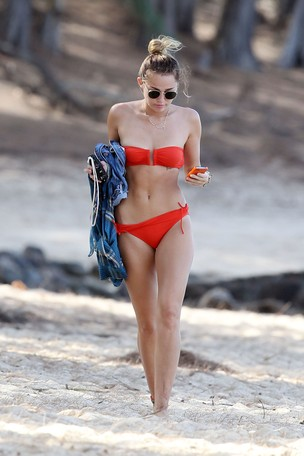 Miley Cyrus em férias no Havaí (Foto: Grosby Group)