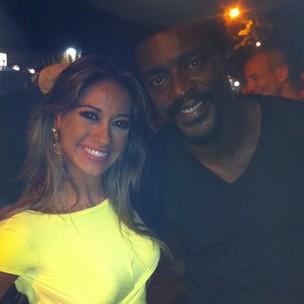 Ex-BBB Mayra Cardi e Seu Jorge em bar na Zona Sul do Rio (Foto: Twitter/ Reprodução)