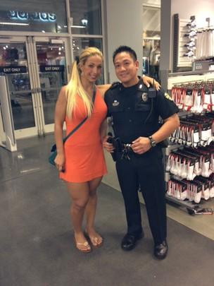 Valesca Popozuda e policia americano (Foto: Divulgação)