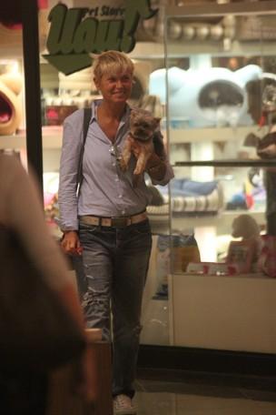 Xuxa leva o cachorrinho Dudu para passear em shopping na Barra (Foto: Marcos Ferreira / Photo Rio News)