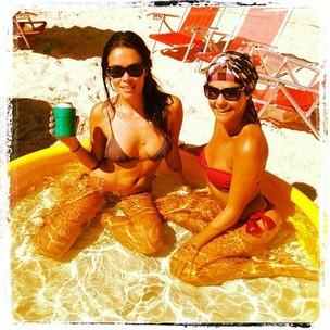 Lívia Lemos com amiga em praia no Rio (Foto: Reprodução / Facebook)