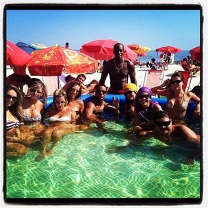 Lívia Lemos com amigos em praia no Rio (Foto: Reprodução / Facebook)