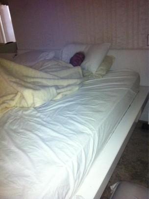 Gracyanne Barbosa posta foto de Belo dormindo em sua cama (Foto: Twitter/Reprodução)