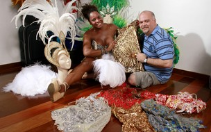 Adriana Bombom experimenta fantasias de carnaval (Foto: Isac Luz / EGO)